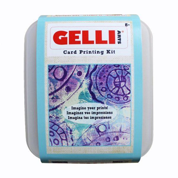 In deze box zit een Gelli Plate van 12.7 cm x 12.7 cm , 3 flesjes acrylverf , roller , 5 witte kaarten, 12 velletjes perkamentpapier, bubblewrap, punchinella, stukje garen, 2 foam sheets