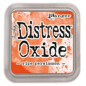 Ranger Tim Holtz distress oxide ripe persimmon is een combinatie van dye inkt en pigment inkt. Als je er water op doet krijg je een geoxideerd effect. Distress Oxide kun je rechtstreek op papier gebruiken maar je kan het ook gebruiken in combinatie met stempels en stencils.